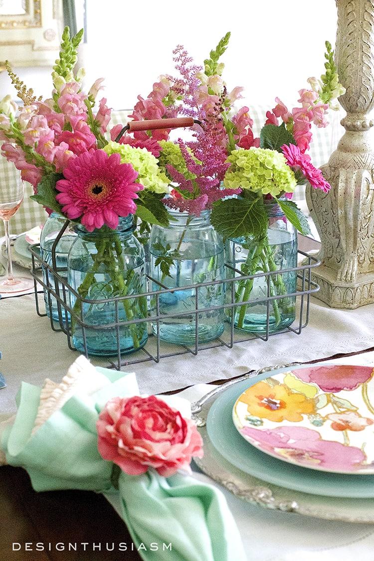 Summer flowers tablecape | Designthusiasm.com