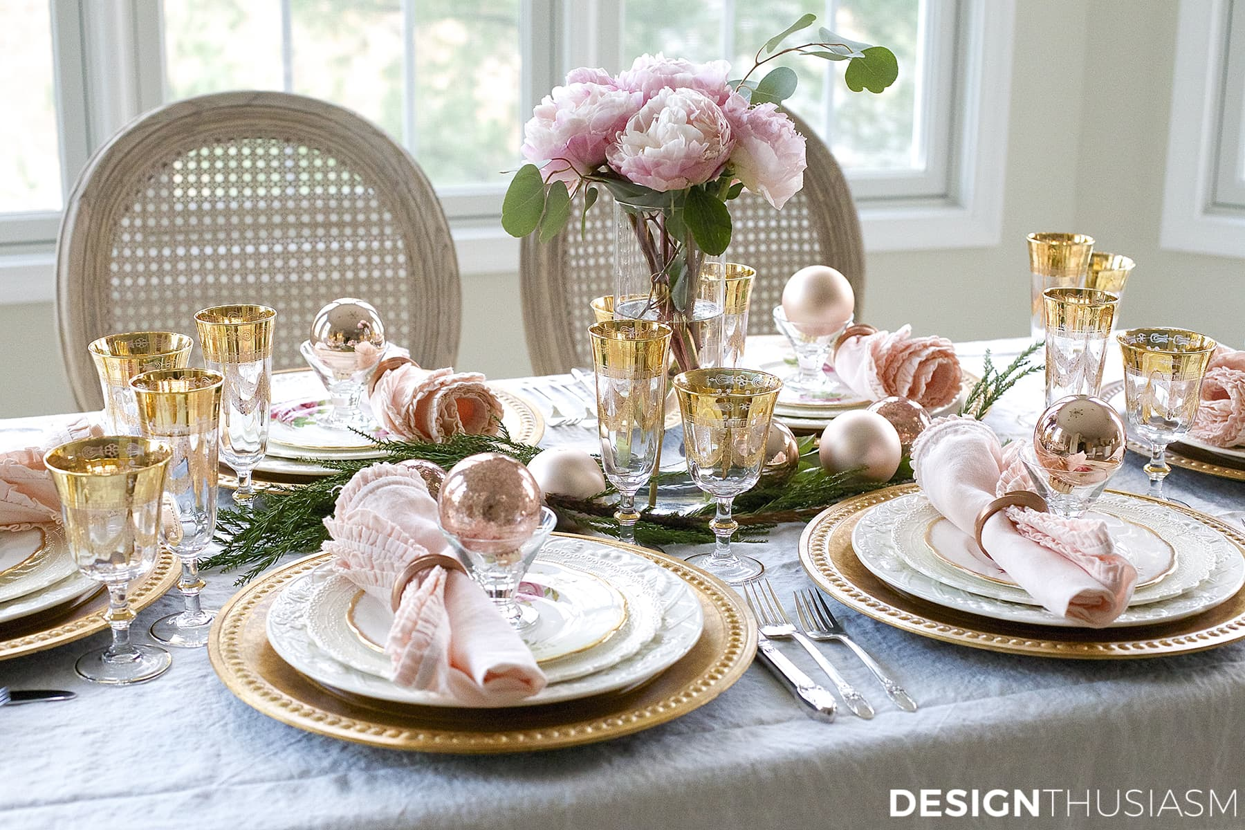 Elegant christmas table setting with pink and gold - Christmas table setting ideas ...
