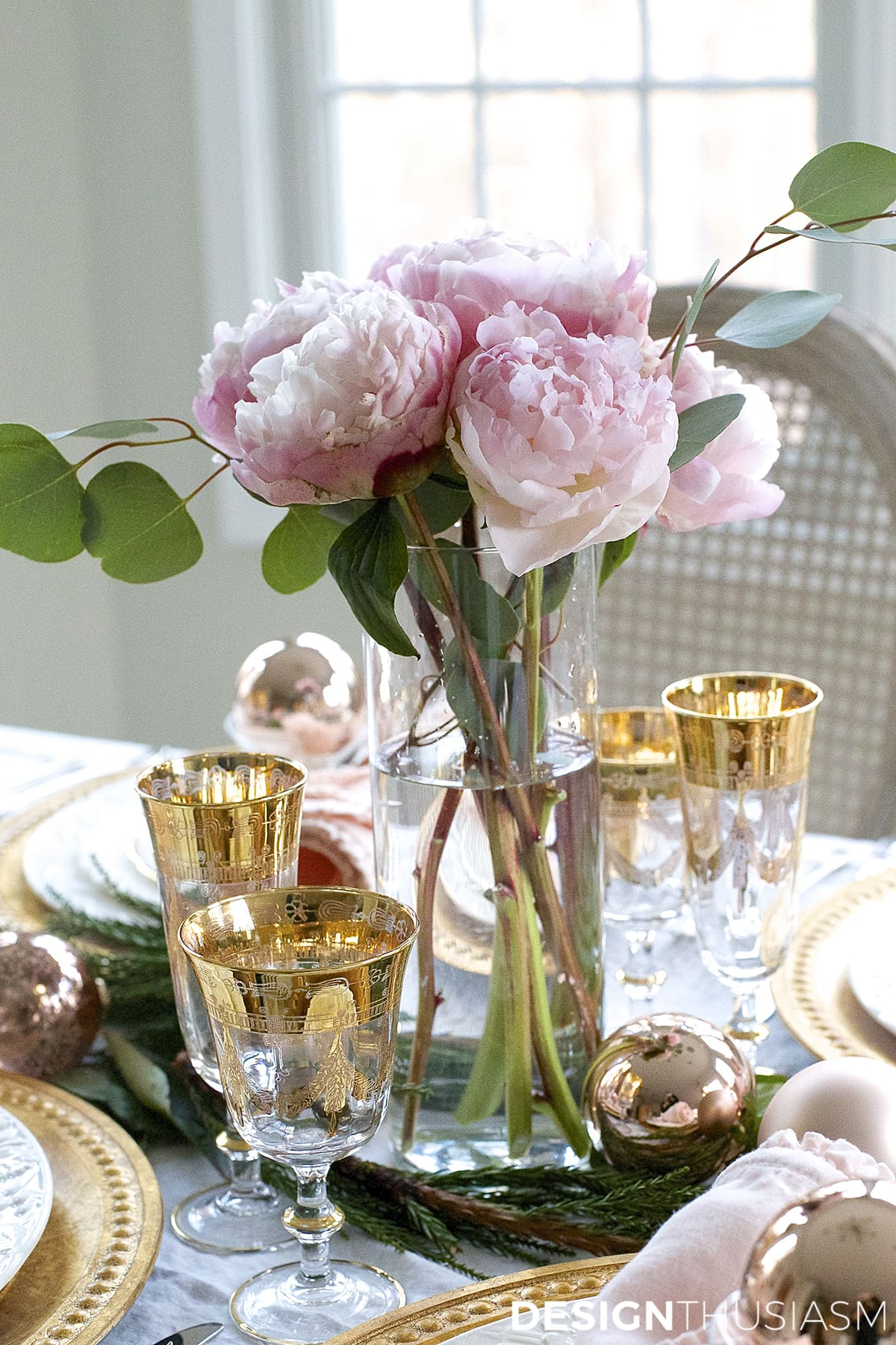 Elegant Christmas Table Setting in Pink and Gold | Designthusiasm.com