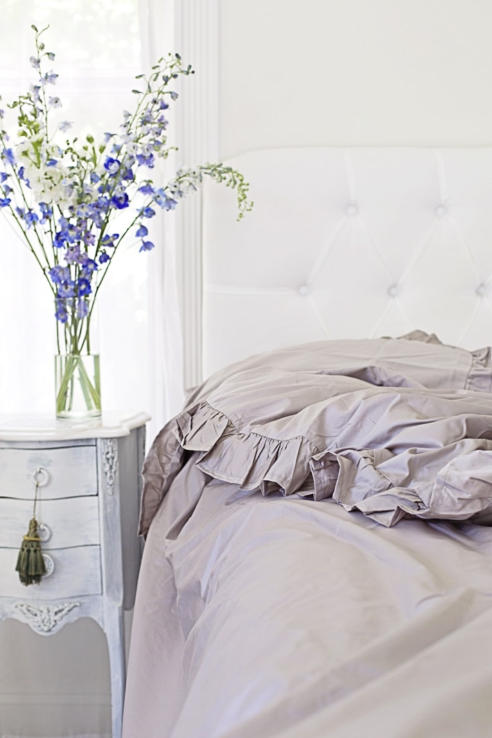 grey-bedding-ruffles-shabbyfufu-winter-decorating