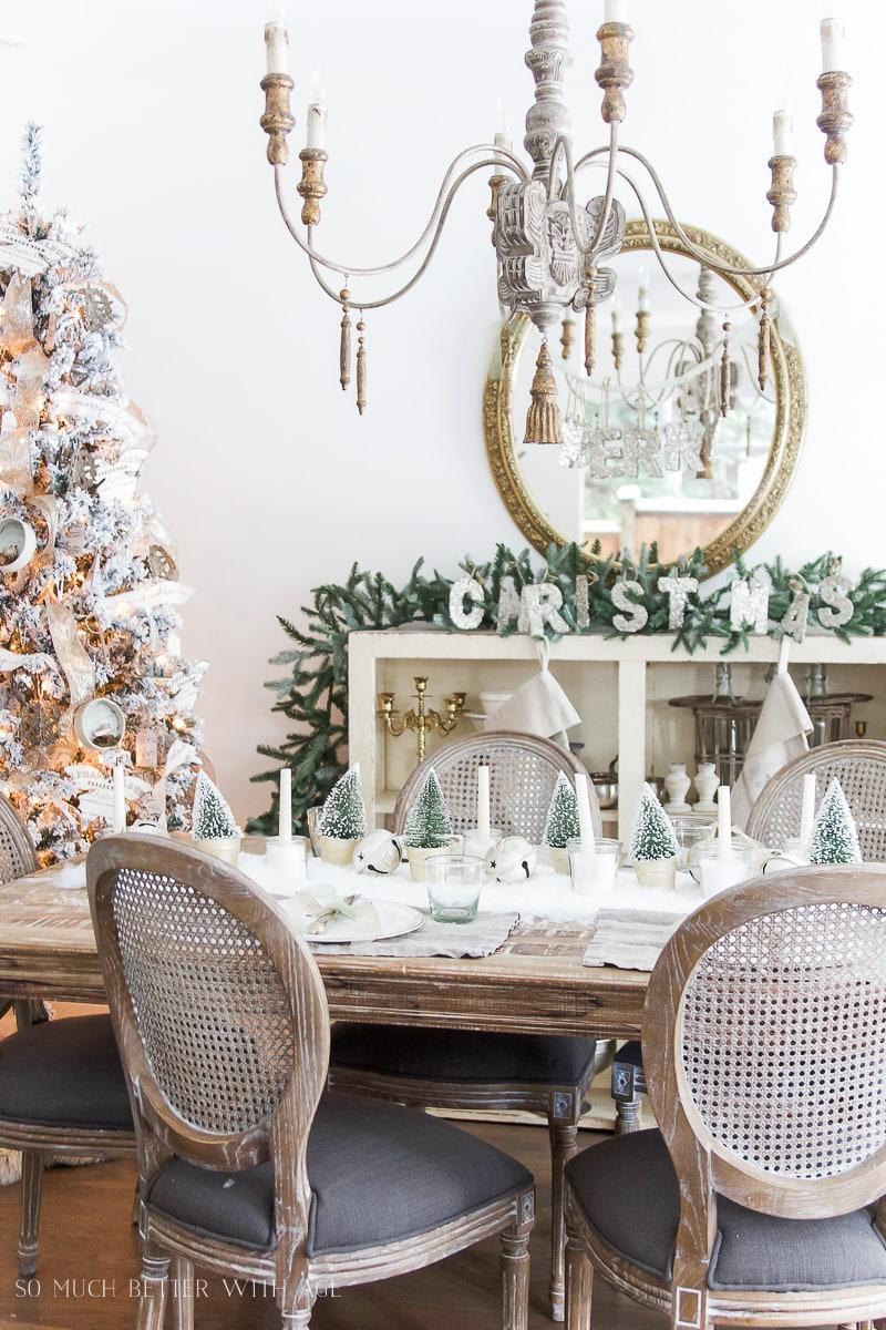 snowy-christmas-table-setting