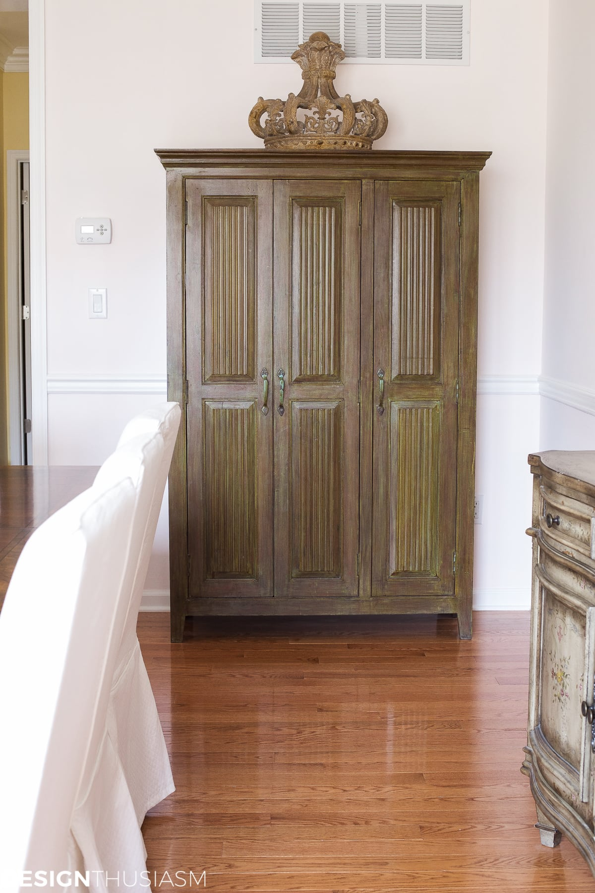 Elegant dining rooms | painted cabinet | Designthusiasm.com