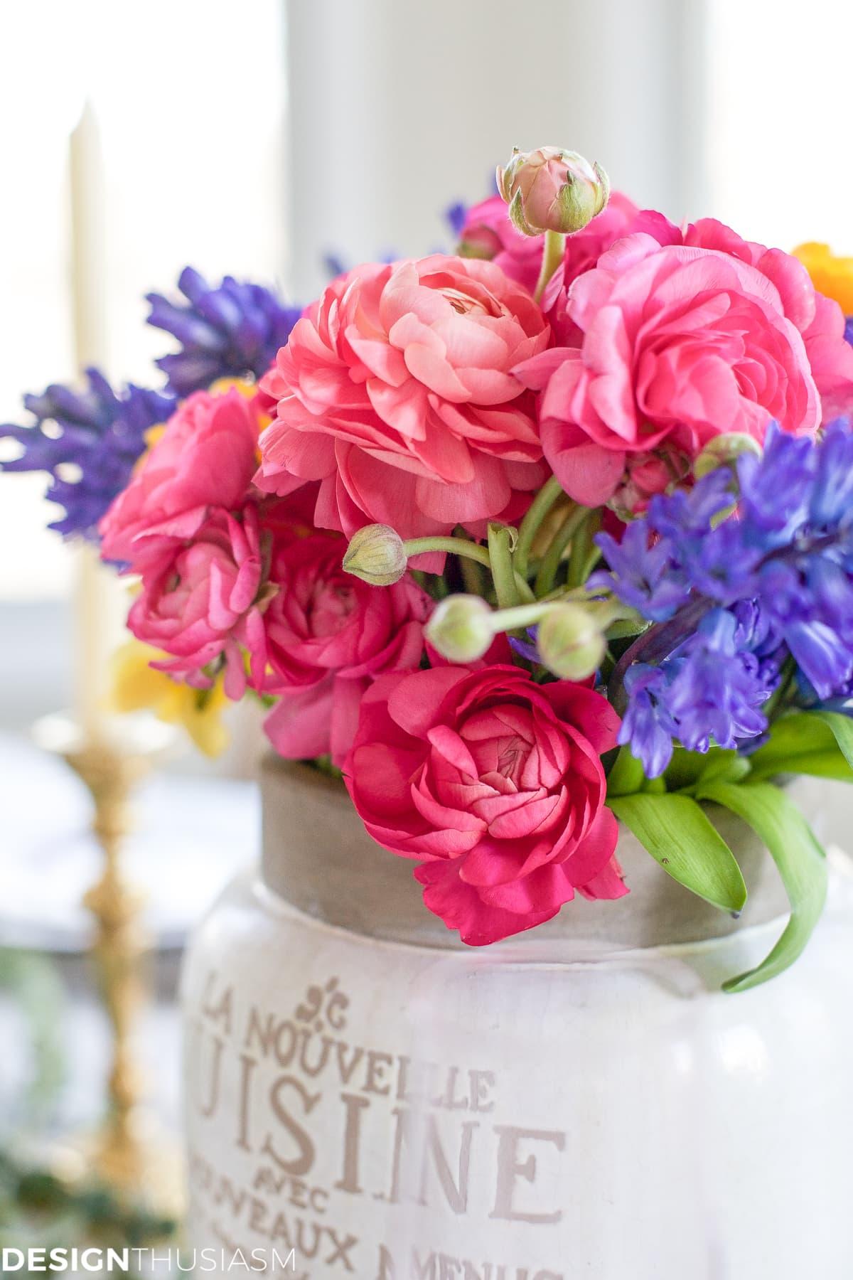 Spring Flower Arrangements Add Color to a Seasonal Tablescape | Designthusiasm.com
