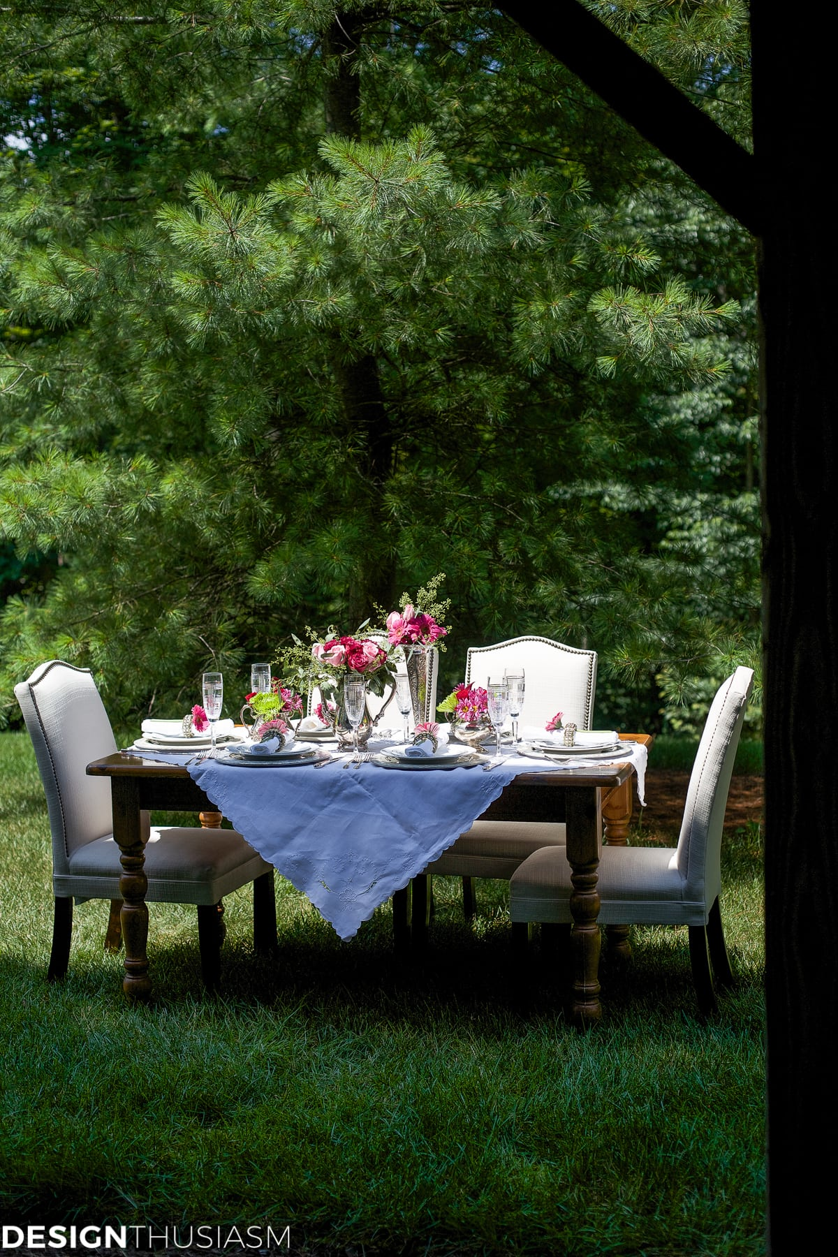How to Set a Special Outdoor Table with Ordinary White Dishes - designthusiasm.com