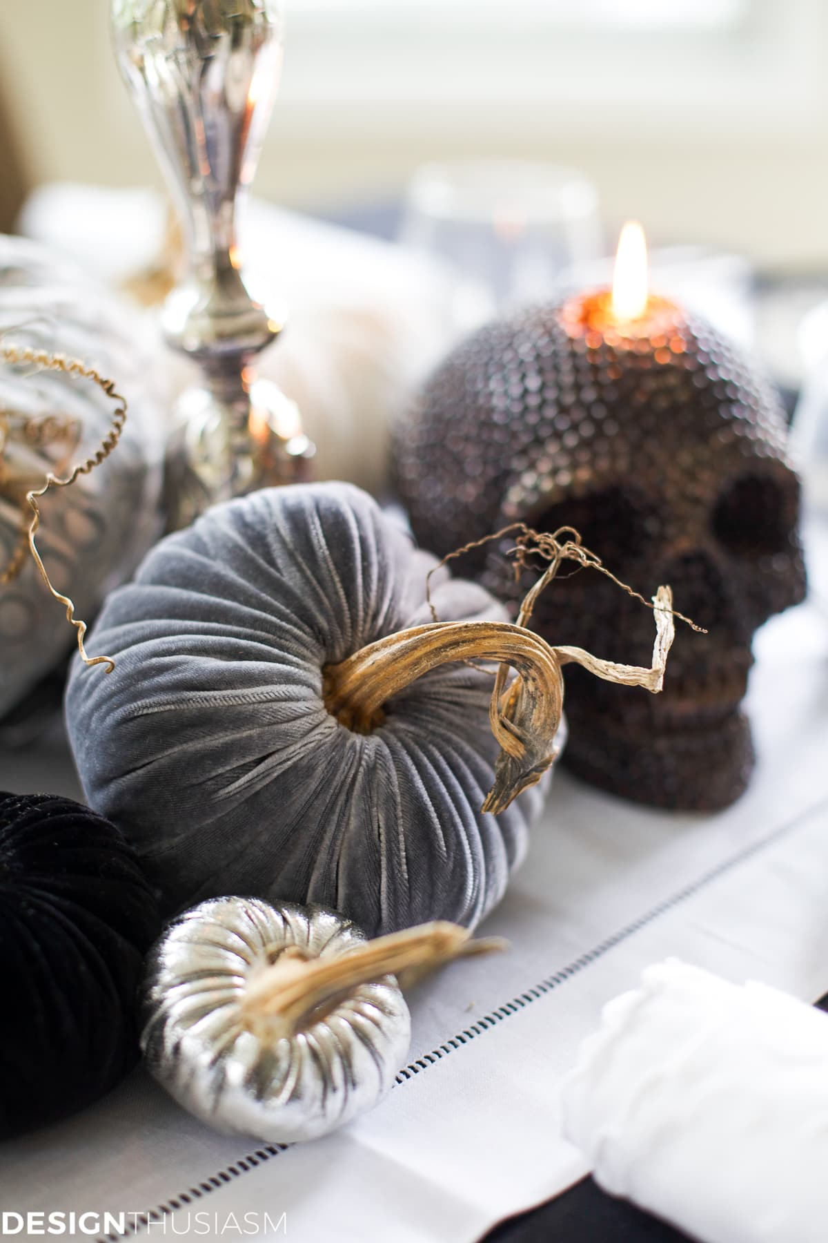 Black and White Table Top Ideas for an Elegant Halloween Dinner - designthusiasm.com