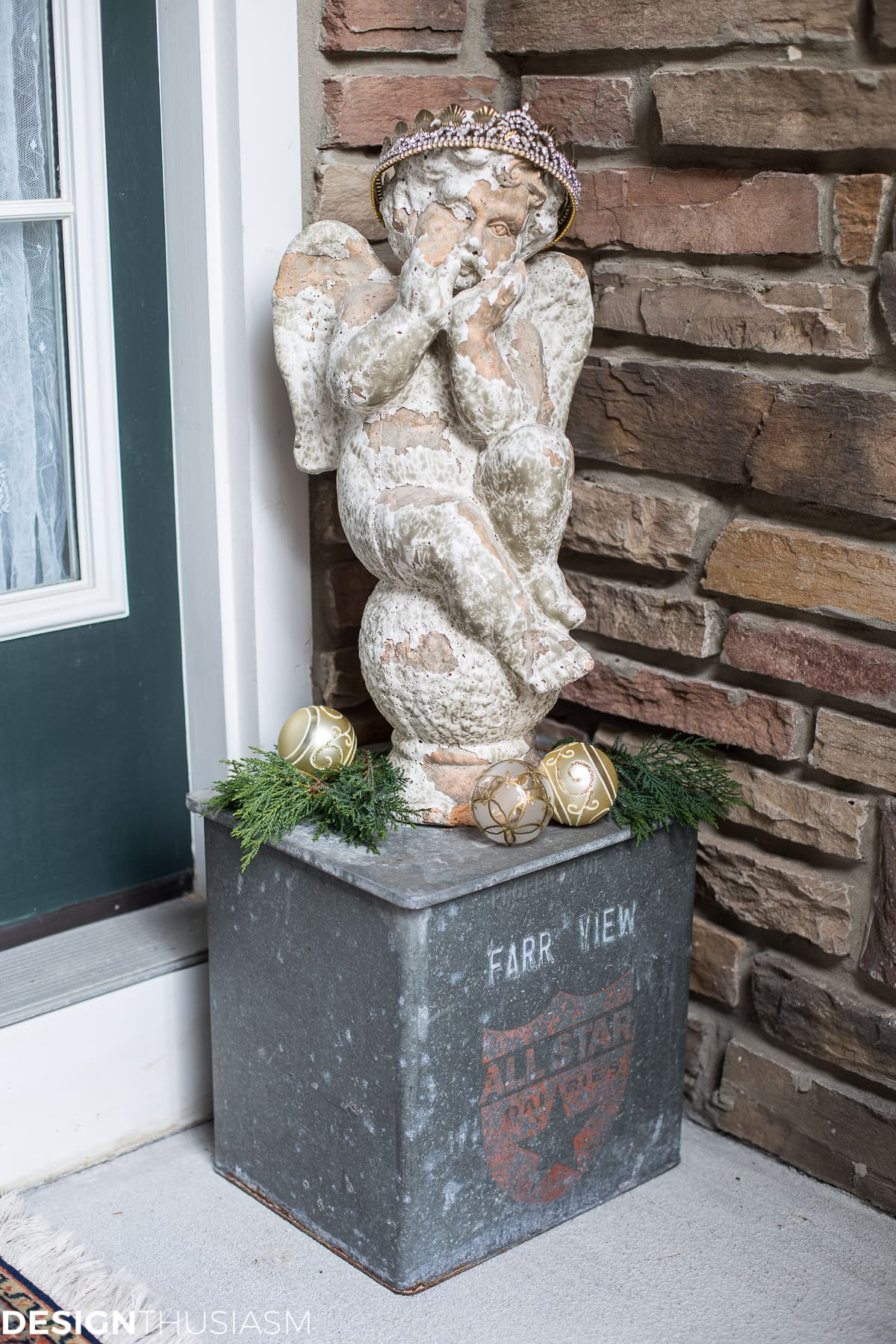Easy Outdoor Christmas Decorating Ideas for a Tiny Front Porch - designthusiasm.com