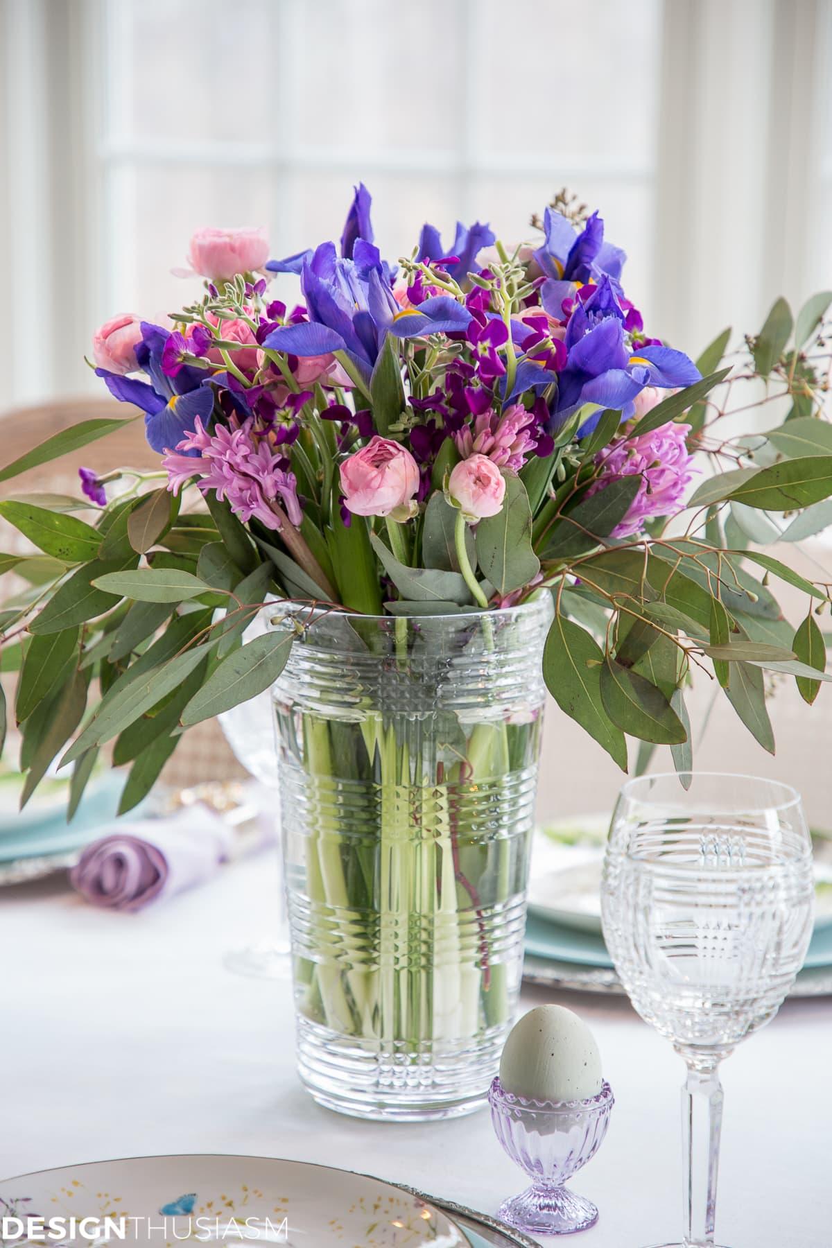 Soft spring colors Easter table - designthusiasm.com