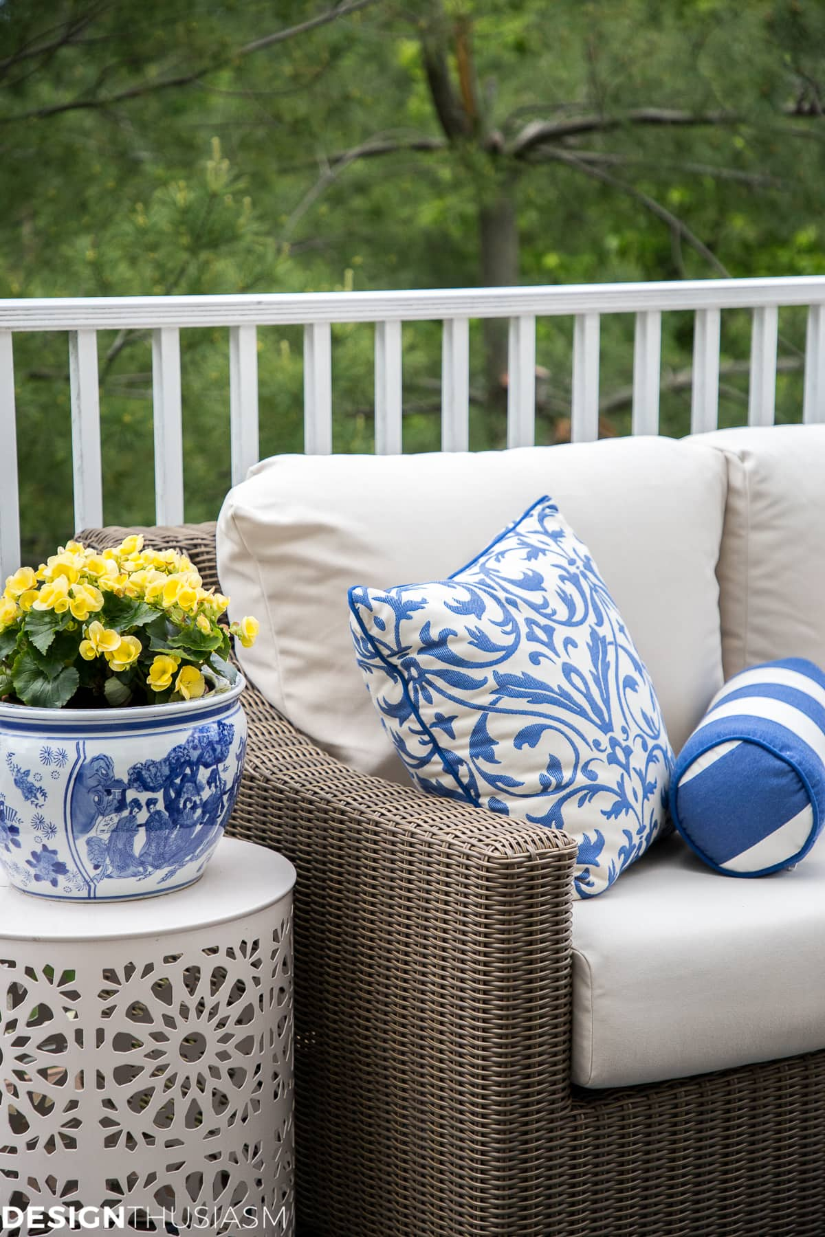 Outdoor living spaces summer color - designthusiasm.com