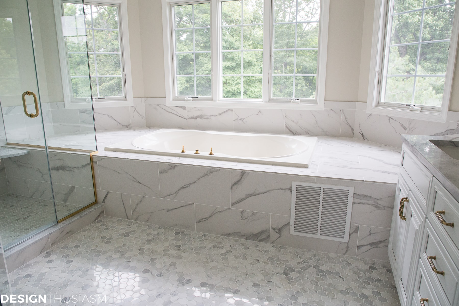 Using bathroom tiles to transform a builder's grade master bath - designthusiasm.com