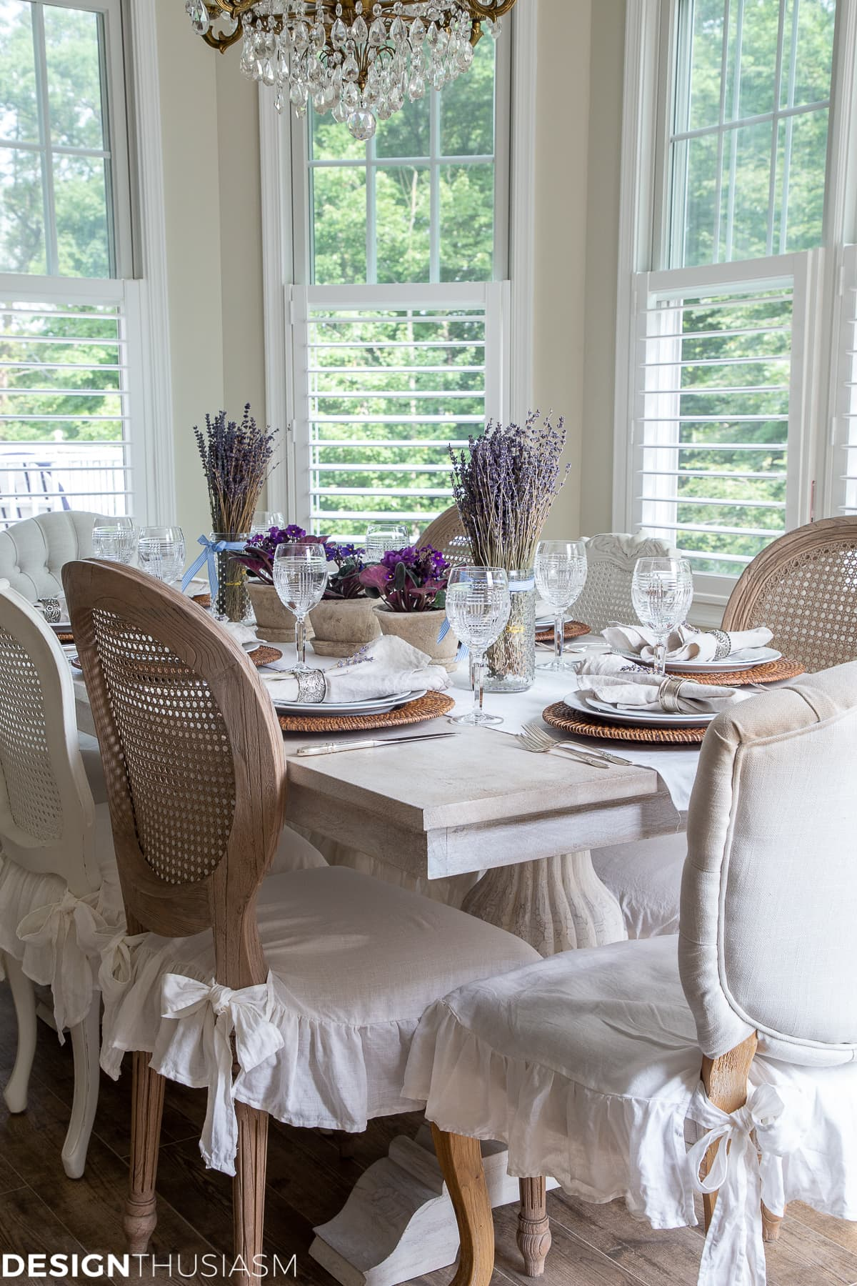 summer tabelscape with white linen chair covers