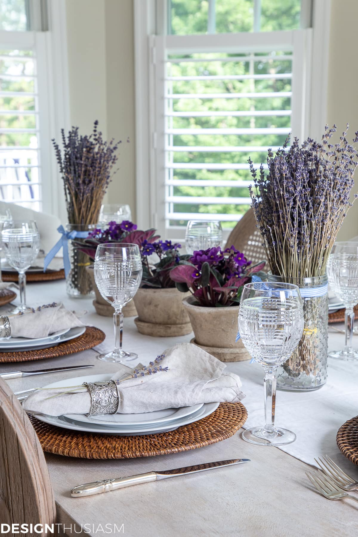summer tablescape with linen napkins and runner