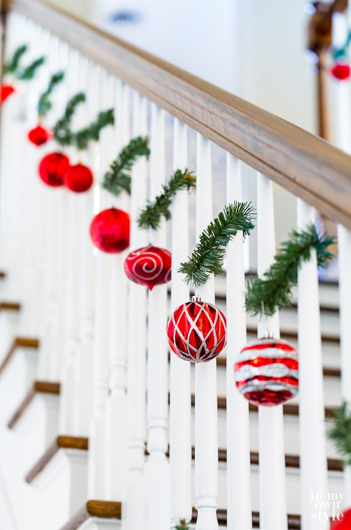 Christmas-Staircase-Decorating-in-20-Minutes