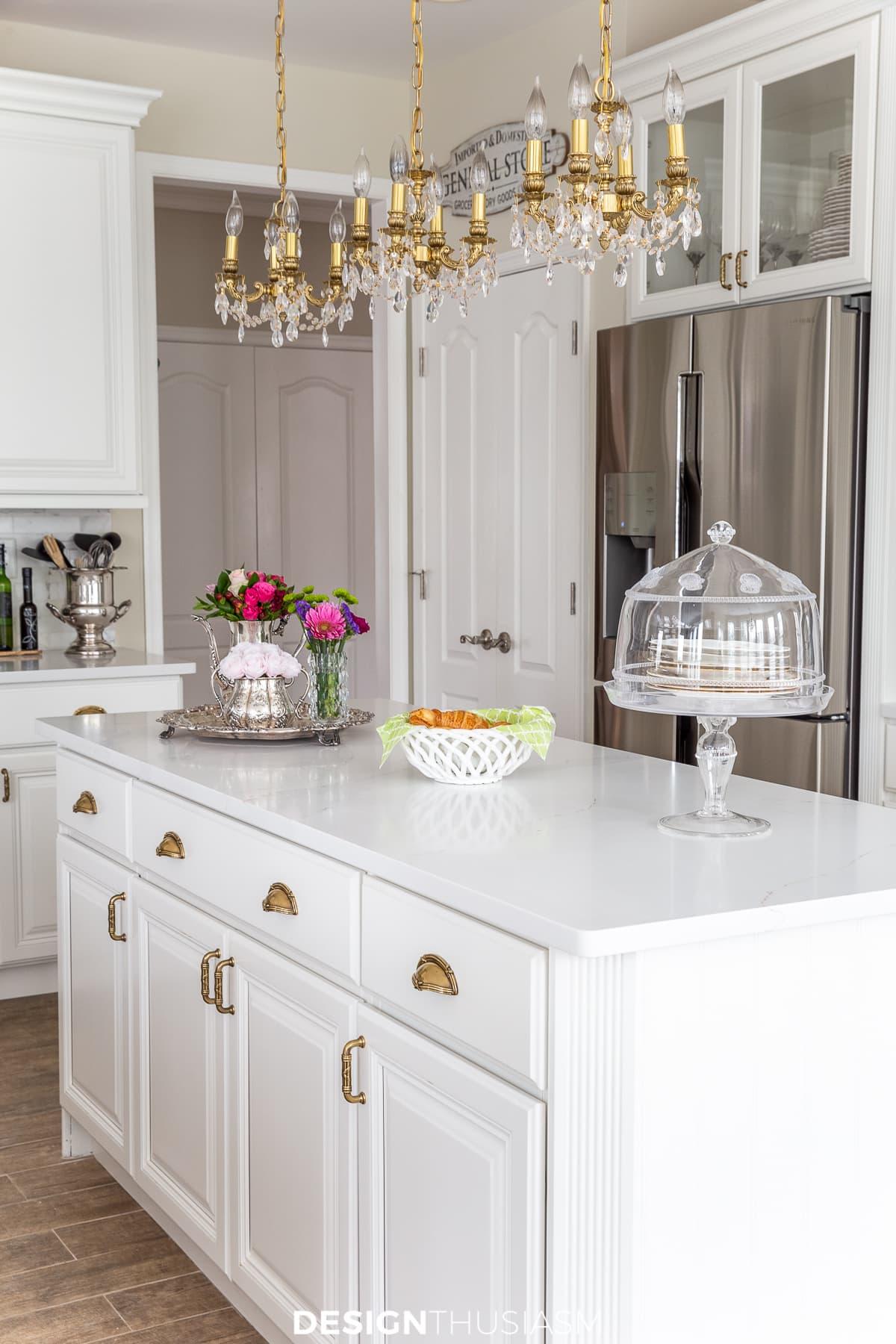 Bancadas de quartzo branco na ilha da cozinha