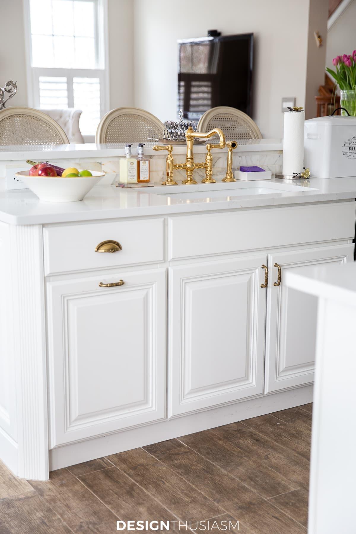 armários e bancadas de cozinha brancos
