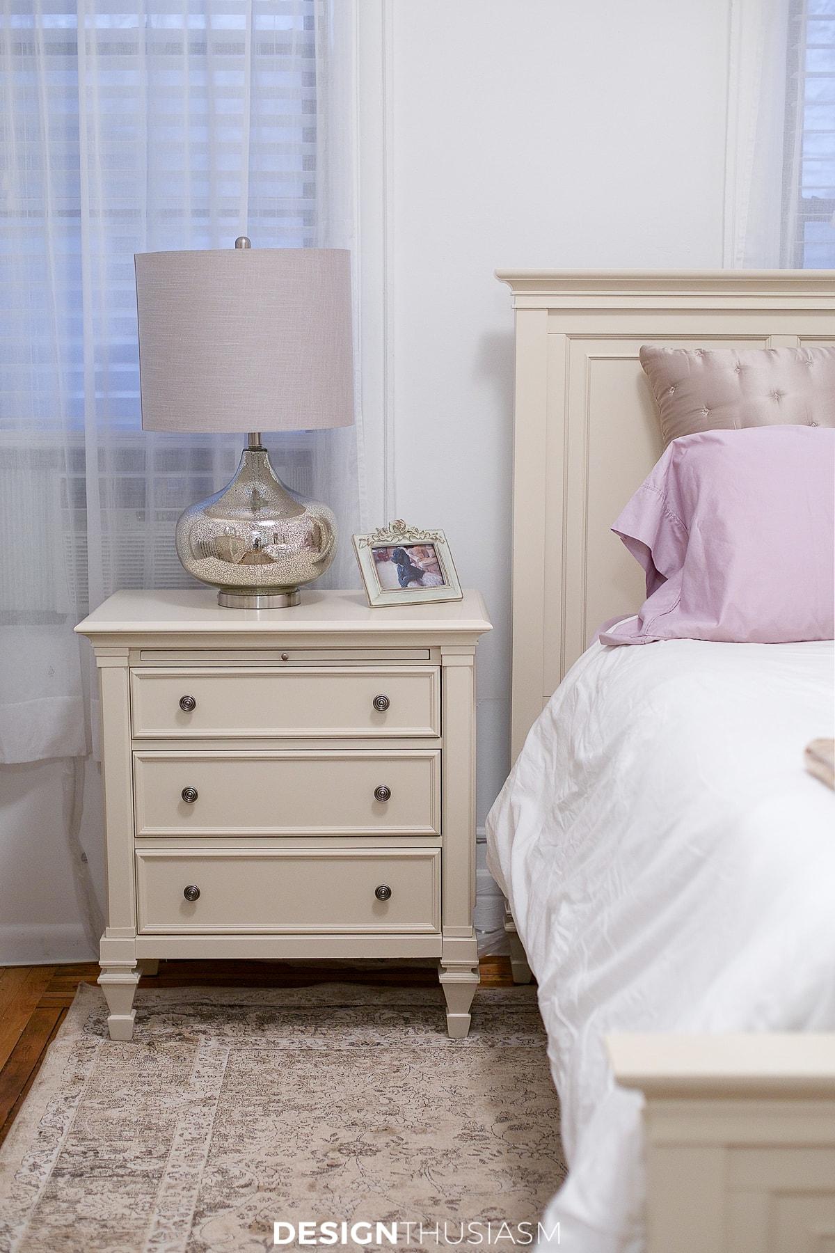 tiny bedroom ideas nightstand