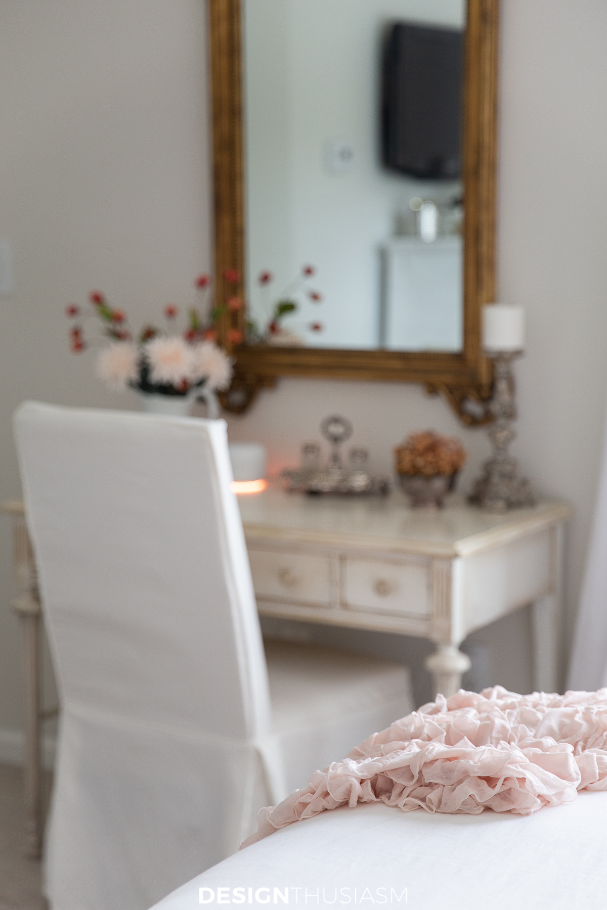 Fall bedroom decor desk